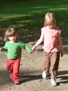 Mit ihrer kleinen Schwester.